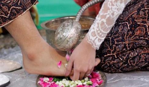 Tahapan Utama Prosesi Pernikahan Adat Jawa.Dalam sebuah proses perkawinan , kedua keluarga pengantin akan bersatu ke dalam satu keluarga besar